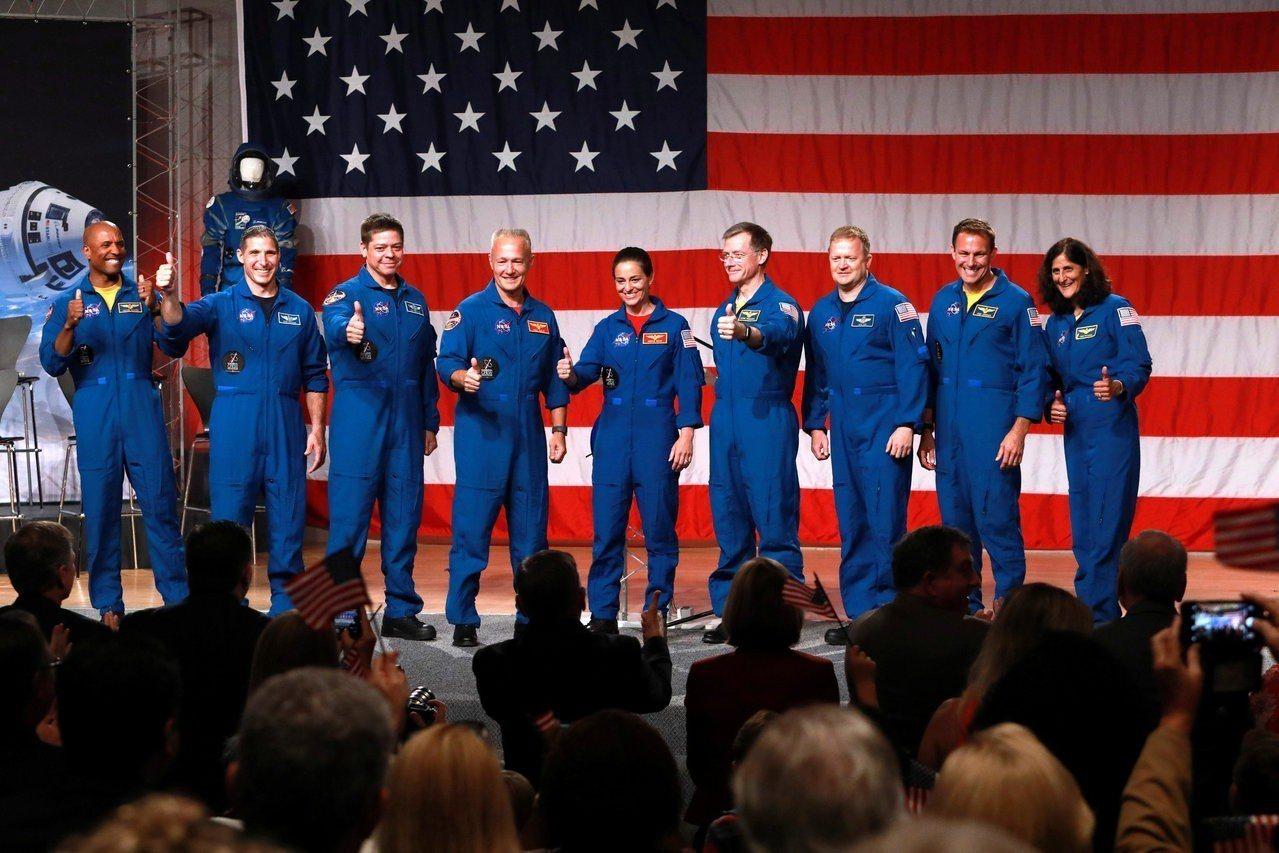 NASA3日在休士頓太空中心,宣布其商業夥伴波音和SpaceX公司最初四次載人太...