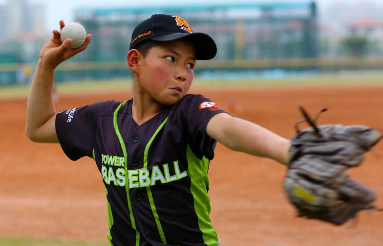 來自中國的「強棒天使隊」棒球少年,3日頂著烈日在紐約布碌崙(布魯克林)展望公園(...