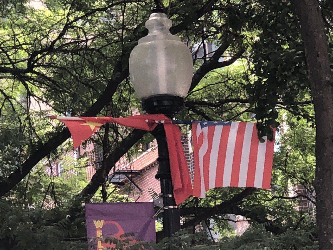 波士頓華埠五星旗疑遭人為破壞。 記者劉晨懿之攝影