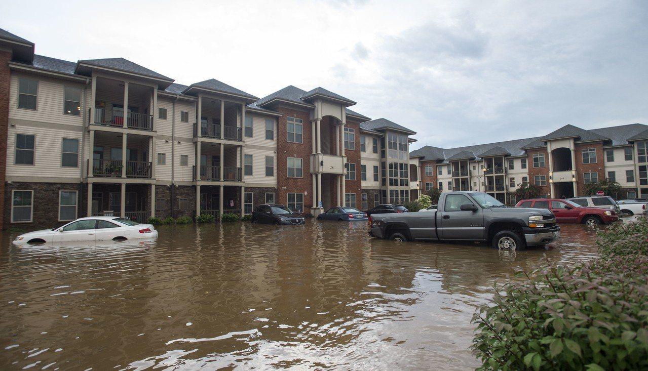 美國維州林區堡水霸潰堤危機,居民緊急撤離。美聯社