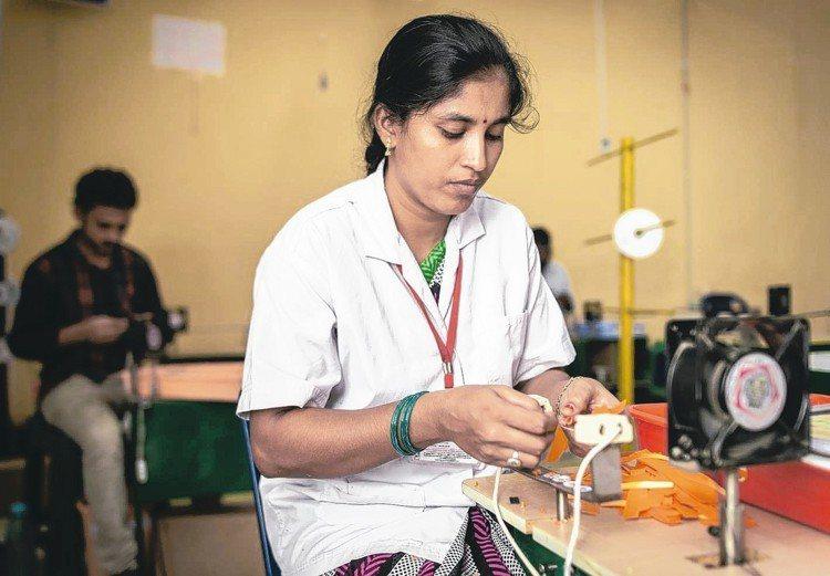 圖為印度工人在工廠工作情形。 新華社