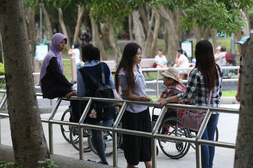 學者認為,面臨少子化,日韓國等鄰近國家都在積極搶外勞人力,基本工資調漲有助讓更多...