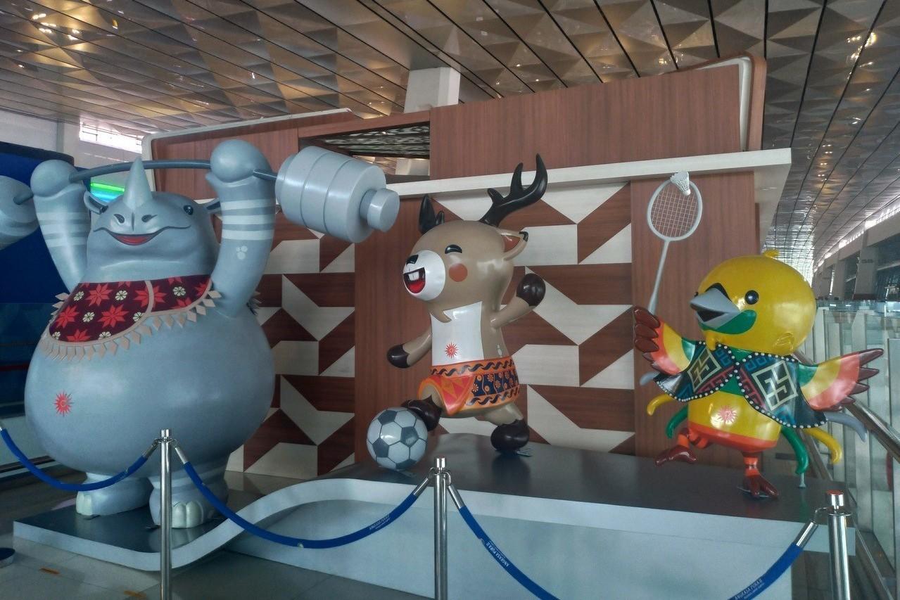 第18屆亞運吉祥物天堂鳥賓賓(右)、花鹿阿東(中)和犀牛卡卡,象徵印尼建國精神「...