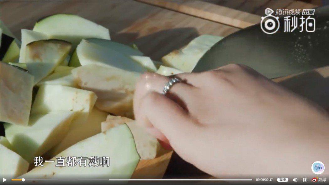 福原愛煮著愛妻便當,江宏傑全程在一旁陪伴。圖/擷自微博。