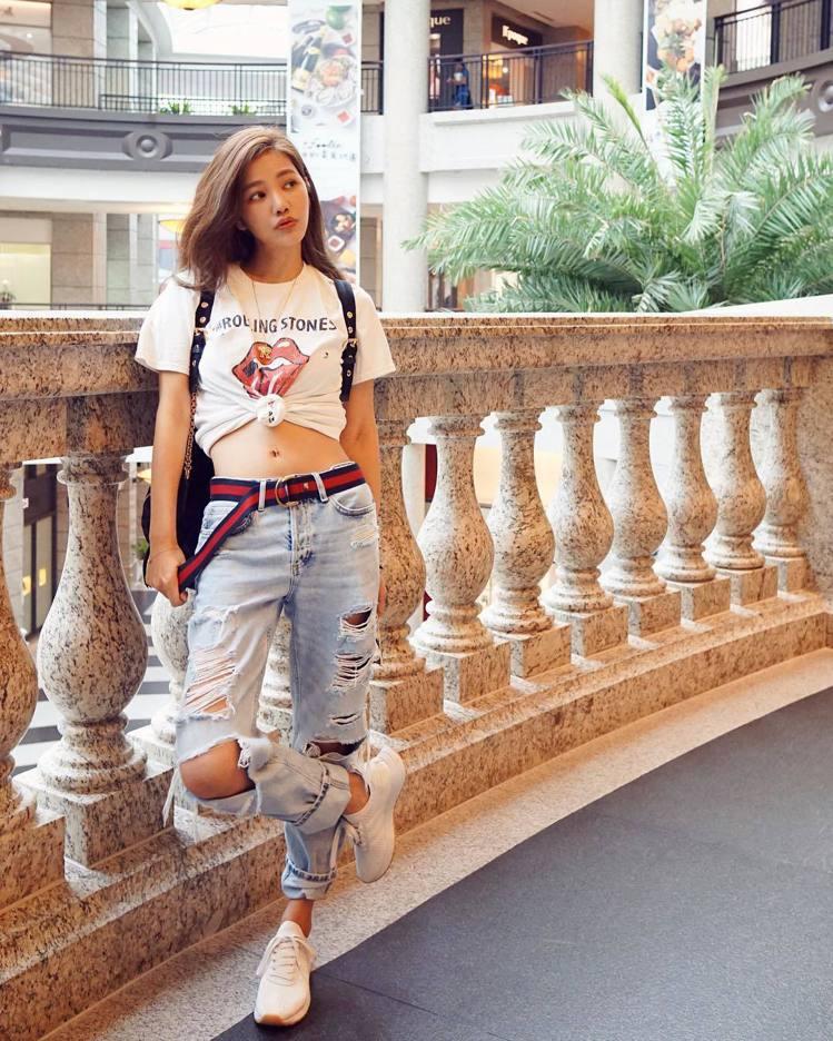 許路兒過去偏好潮T、牛仔褲等青春洋溢的單品。圖/擷自instagram