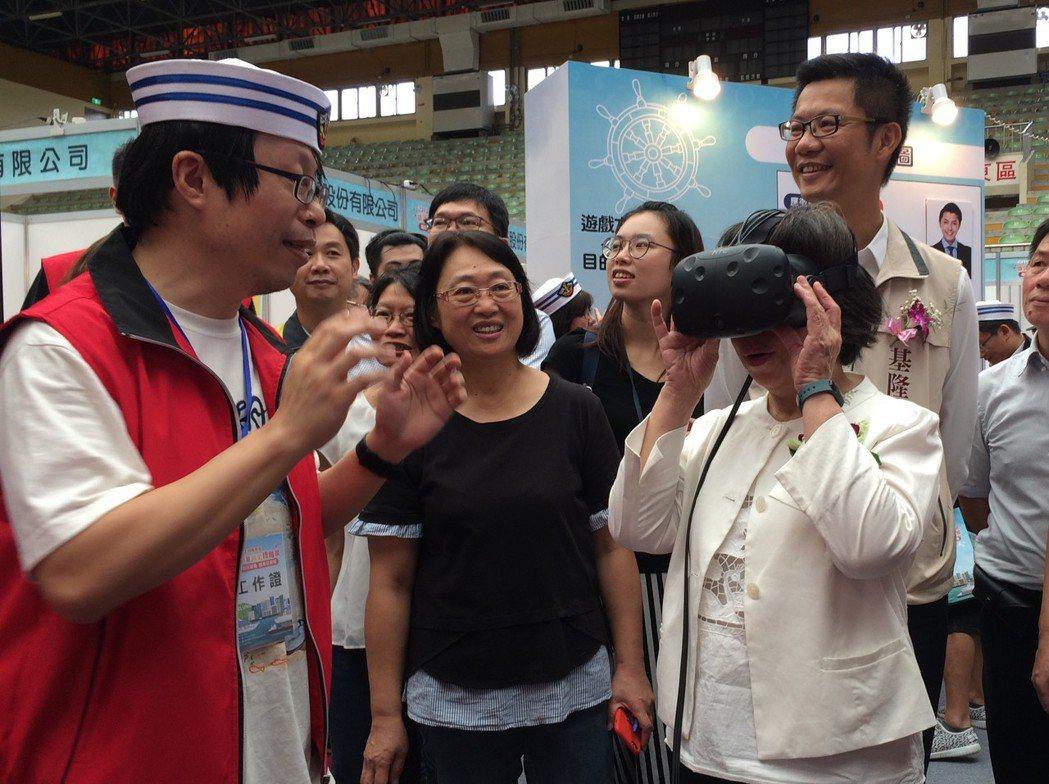 勞動部蘇麗瓊次長登上「職達夢想號」進行VR 虛擬實境體驗。