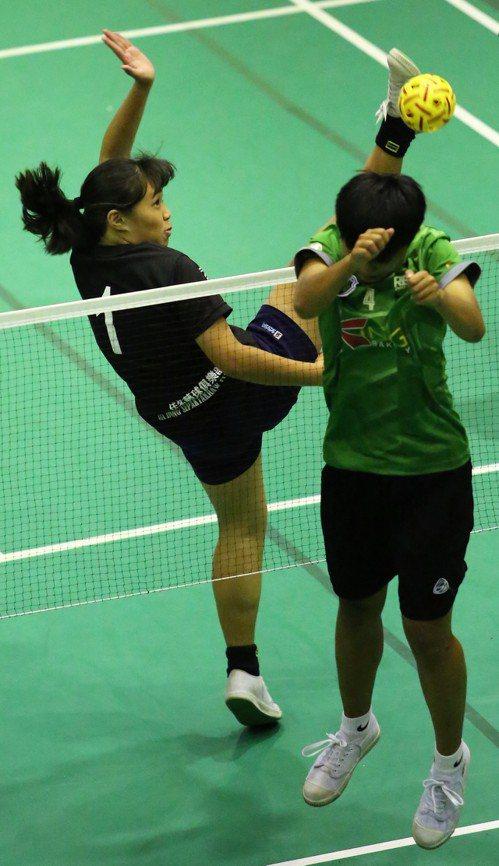 潛優選手佳冬高農阮鈺棋(左)網前進攻。 藤球協會提供