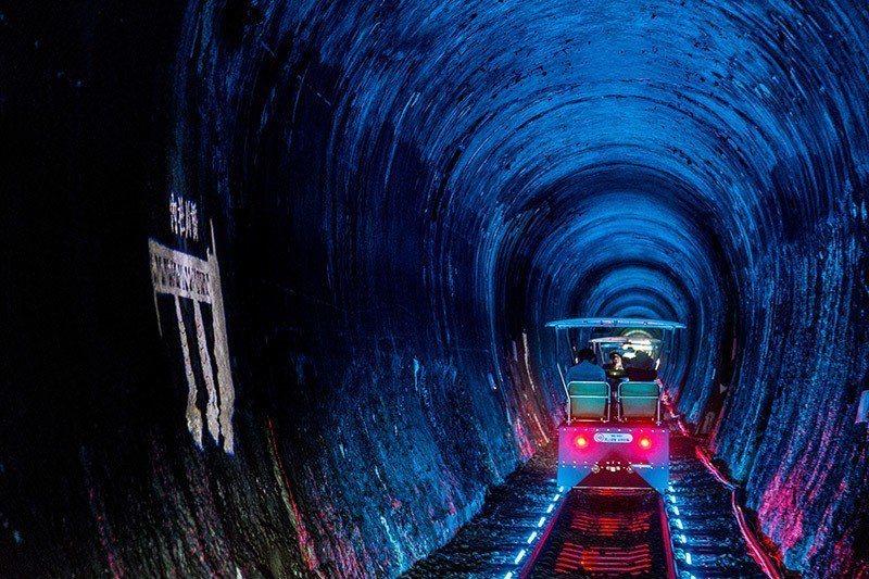 車入隧道時會產生絢麗燈光變化。 攝影/行遍天下