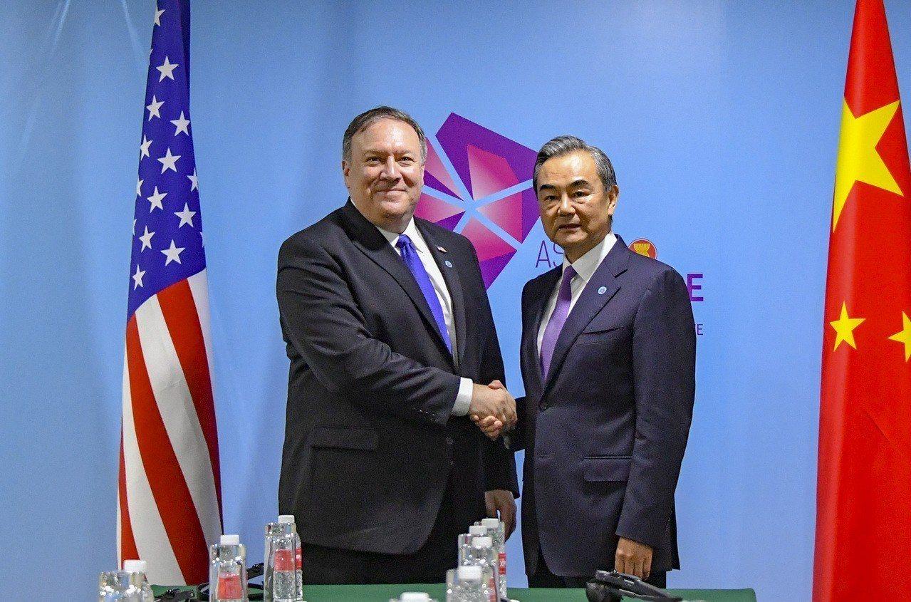 美國國務卿龐培歐(左)與中國大陸外交部長王毅3日在新加坡東協外長會議舉行場邊會談...
