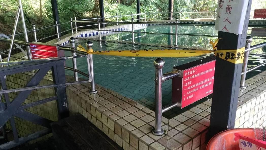 新北市三峽區民宿的戲水池前天發生3歲男童不慎溺斃事件,業者現場有設立告示牌告知水...