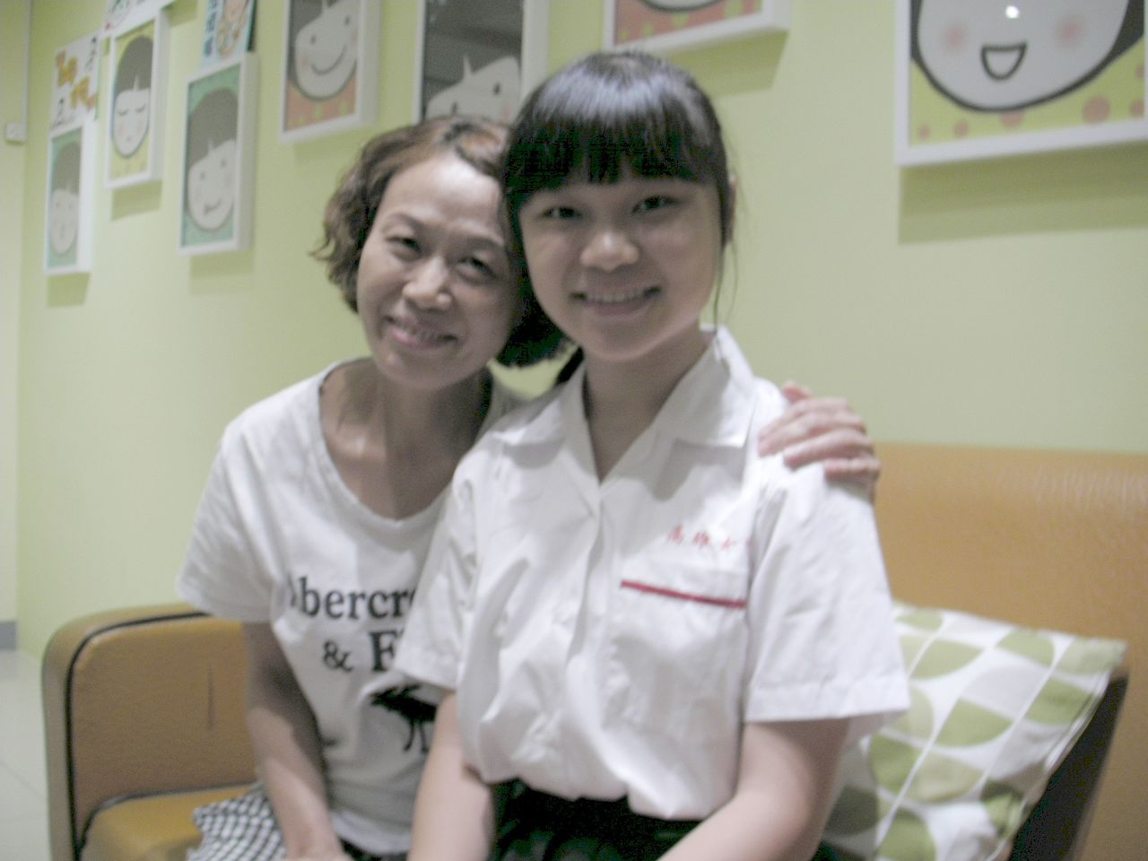 和媽媽相依為命的馮璽庭(右)全心學習,從大陸到高雄讀國小一年級,克服注音和繁體字...
