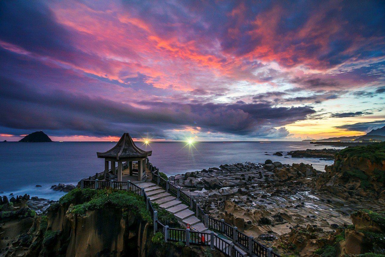 基隆市和平島公園今天正式重新開放,因颱風受損封閉7年的和平島秘境阿拉寶灣,有絕美...