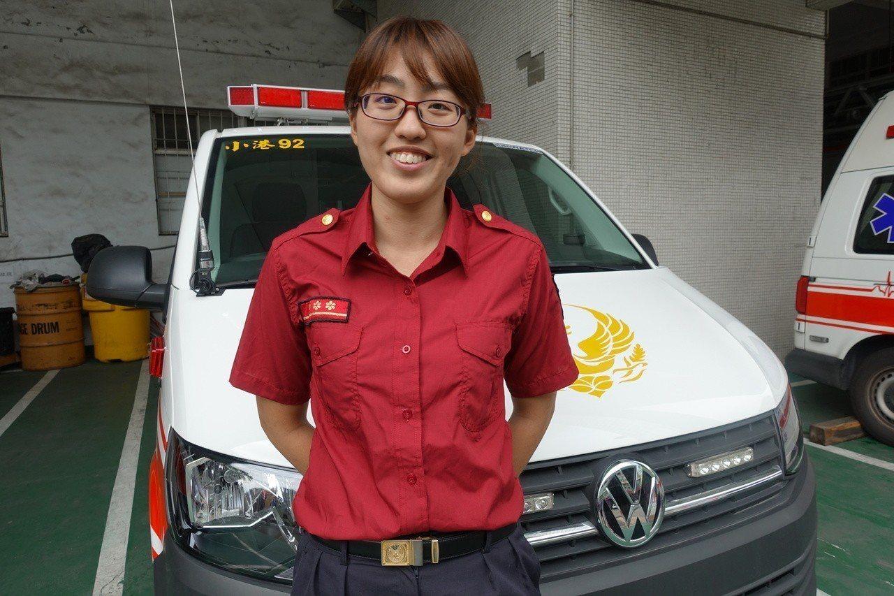 高市消防局小港分隊女隊員莊雅君曾是高雄榮總內科病房護理師,在內科病房1年後,她挑...