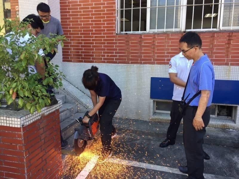 高市消防局小港分隊女隊員莊雅君(中)曾是高雄榮總內科病房護理師,在內科病房1年後...