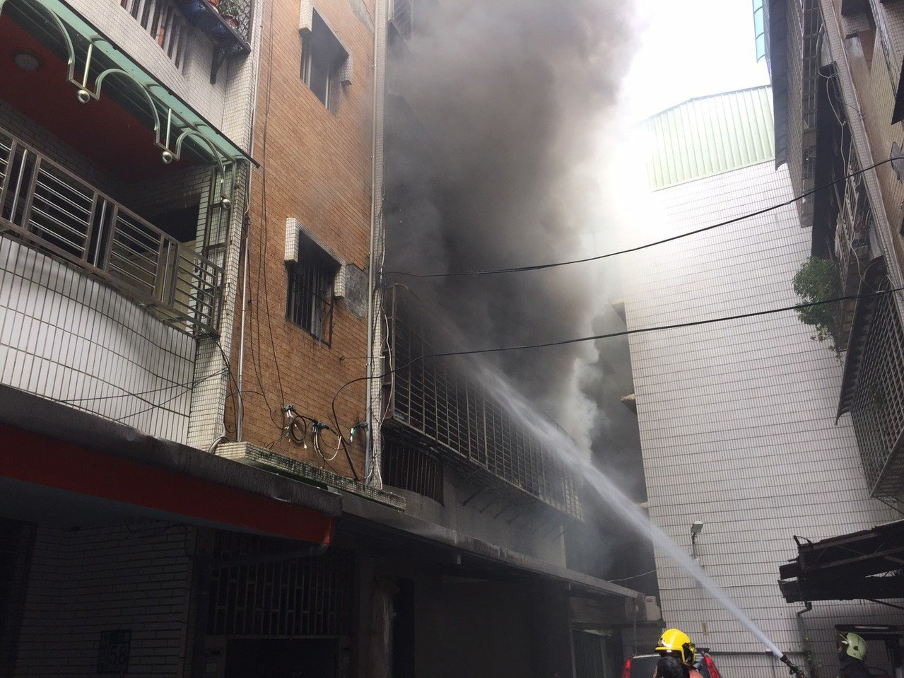 今天上午8時許,八里區華峰三街一棟5樓建築物2樓冒出火煙,消防局緊急趕往救援。記...