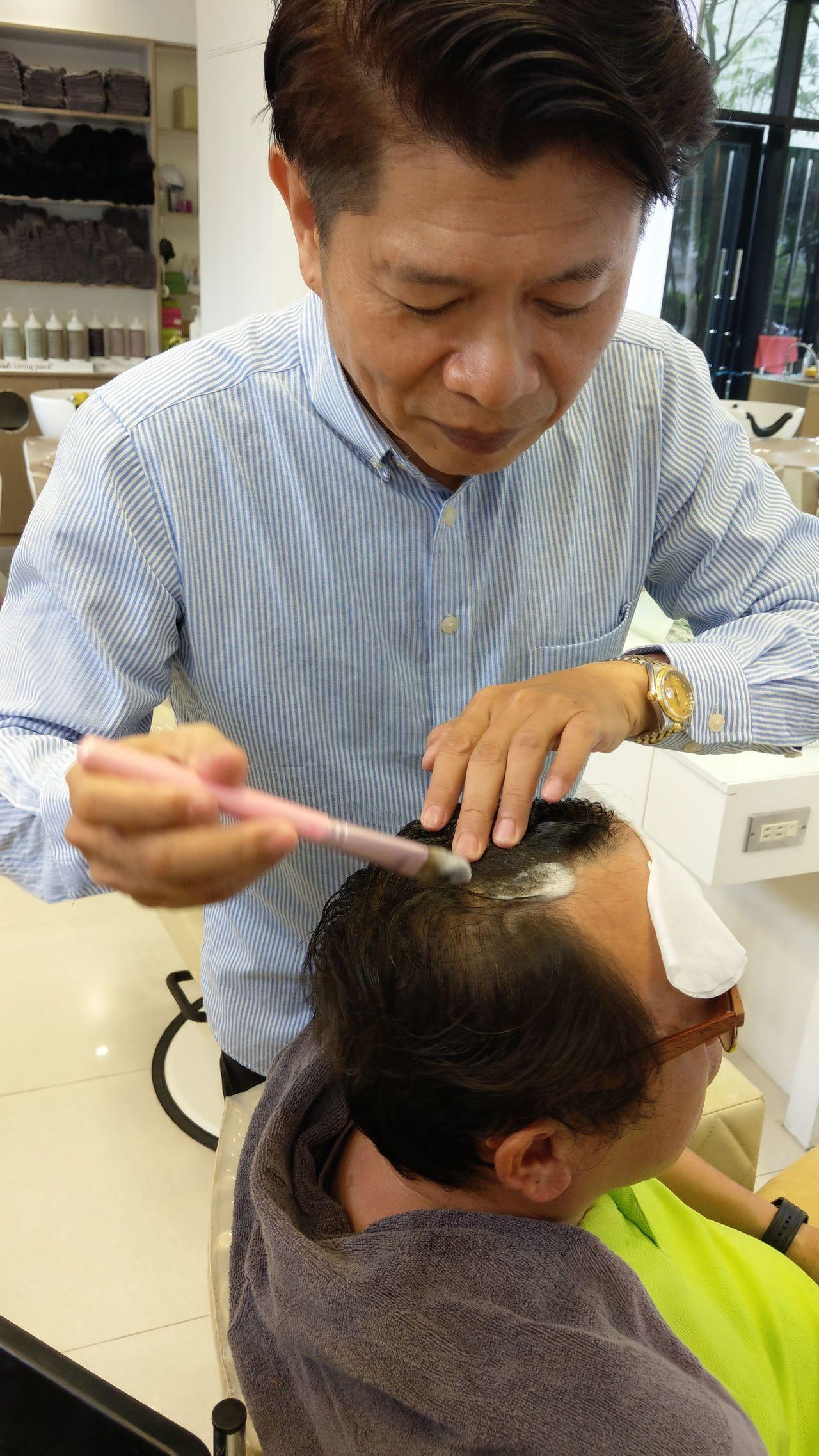 美髮沙龍業者與洗護髮產品業者策略聯盟,結合線訂購、實體店面體驗。記者趙容萱/攝影
