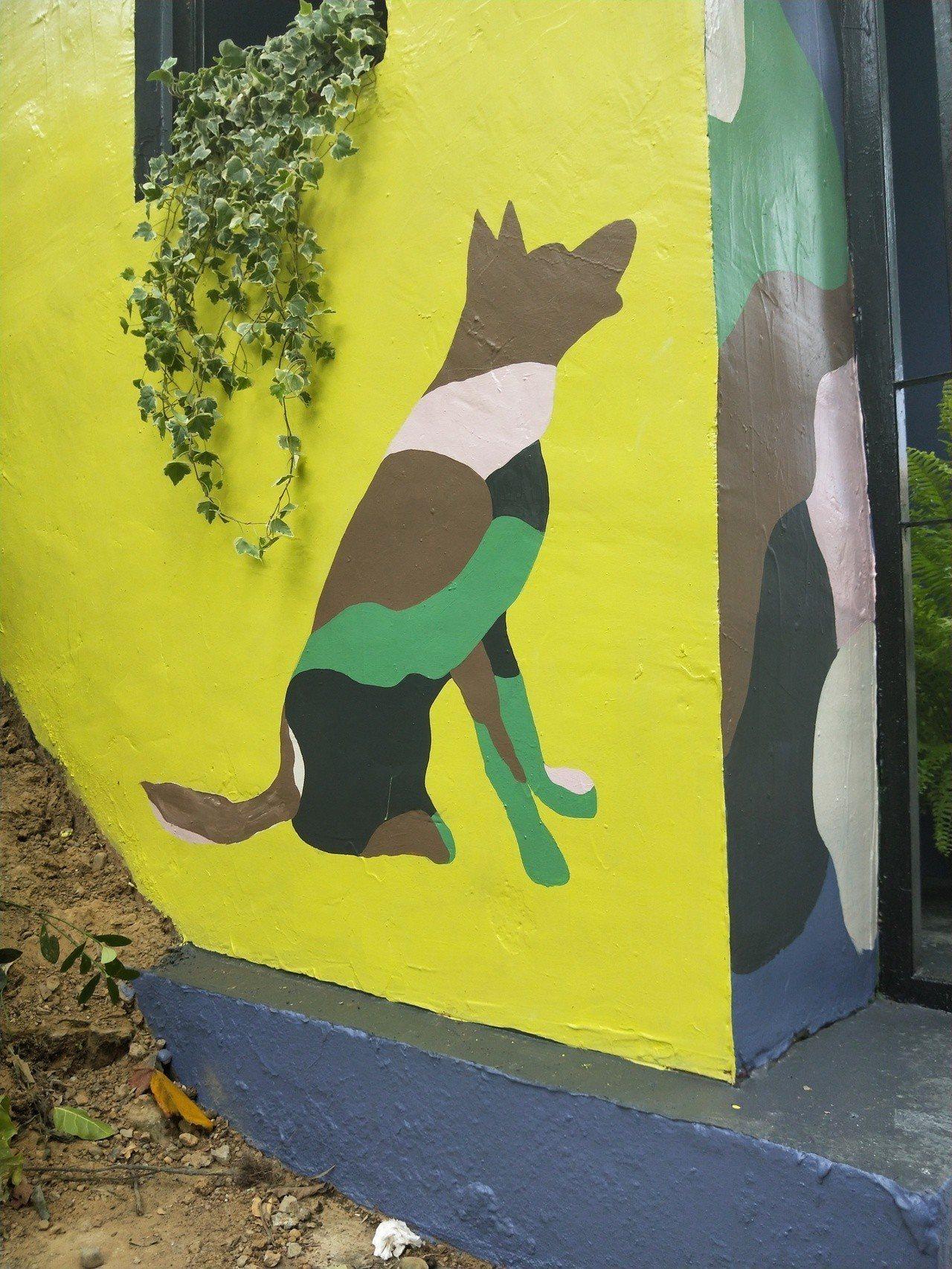 入口處有兩個軍犬的墓碑,讓民眾很好奇,北觀處說,要原味重現,歡迎民眾來了解「士官...