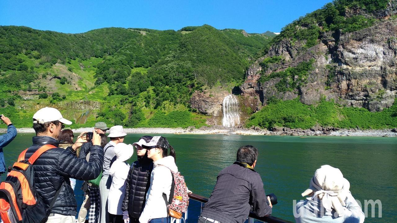 出航後可以欣賞知床半島的斷崖絕壁、奇岩怪石,沿途有數個瀑布美景。記者楊德宜/攝影