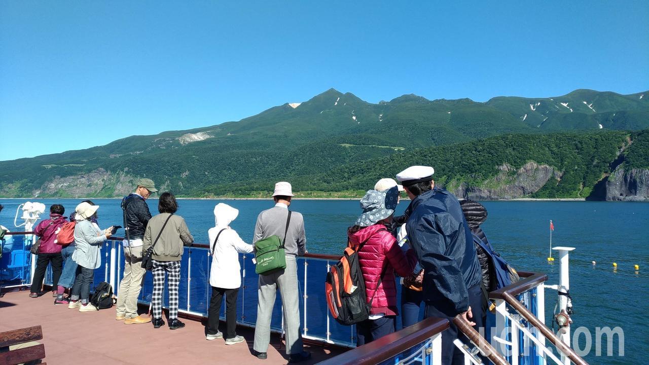 出航後可以欣賞知床半島的斷崖絕壁、奇岩怪石,而斷崖後方就是知床連山。記者楊德宜/...