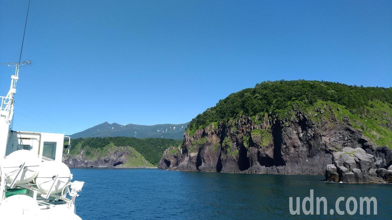 出航後可以欣賞知床半島的斷崖絕壁、奇岩怪石。記者楊德宜/攝影