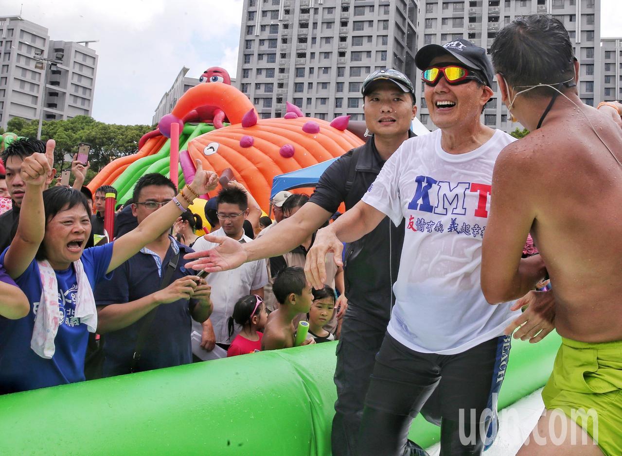 馬英九在維安與工作人員攙扶下離開水道。記者鄭清元/攝影