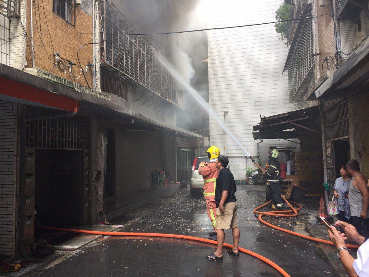 今天上午8時許,八里區華峰三街一棟5樓建築物2樓冒出火煙,消防局趕往搶救。記者袁...