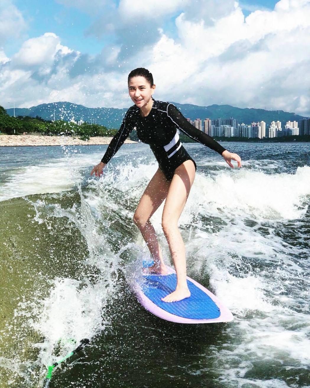何超蓮近期開始接觸Wakesurf(快艇衝浪)。圖/摘自IG