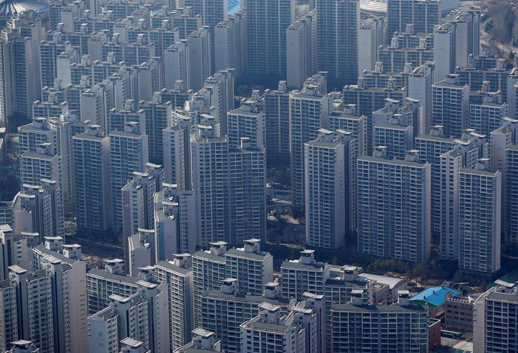 南韓首爾市公寓大廈林立。路透
