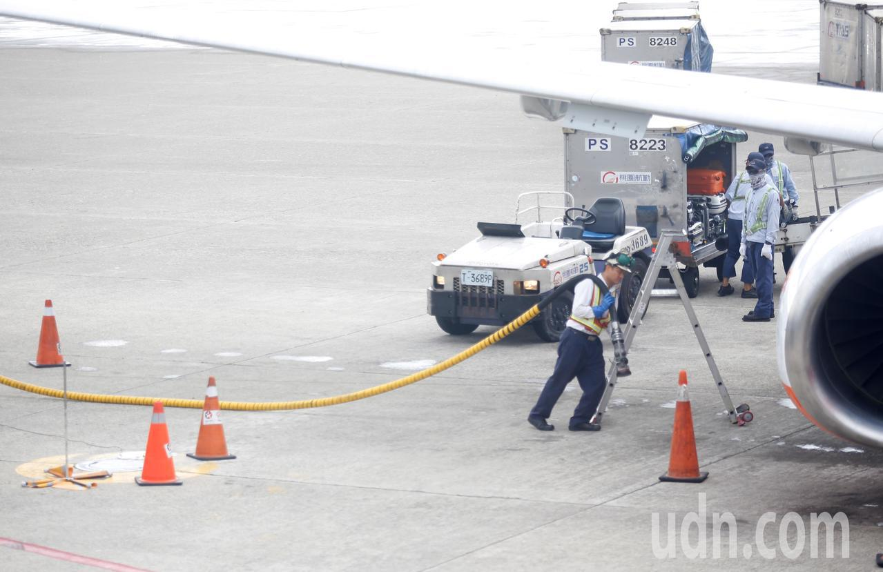 連續幾日高溫導致有郵差熱衰竭,在機坪工作的地勤人員也有話要說,由於機坪附近沒有遮...