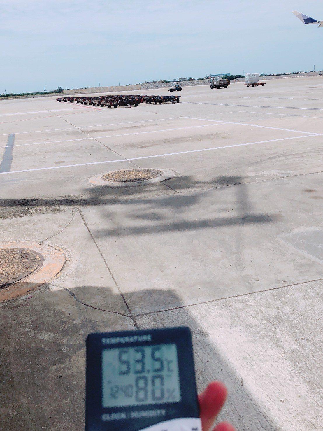 飛機修護員在機坪實測氣溫,最高在7月6日測出53.5度。圖/台灣航太修護產業工會...