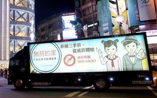 立委費鴻泰質疑,衛福部的燈箱廣告車違法上路。記者高彬原/攝影
