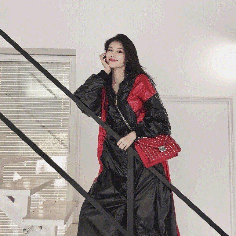 何穗以黑紅色系穿搭配襯個性的七夕限量款Whitney鍊帶包。圖/MICHAEL ...