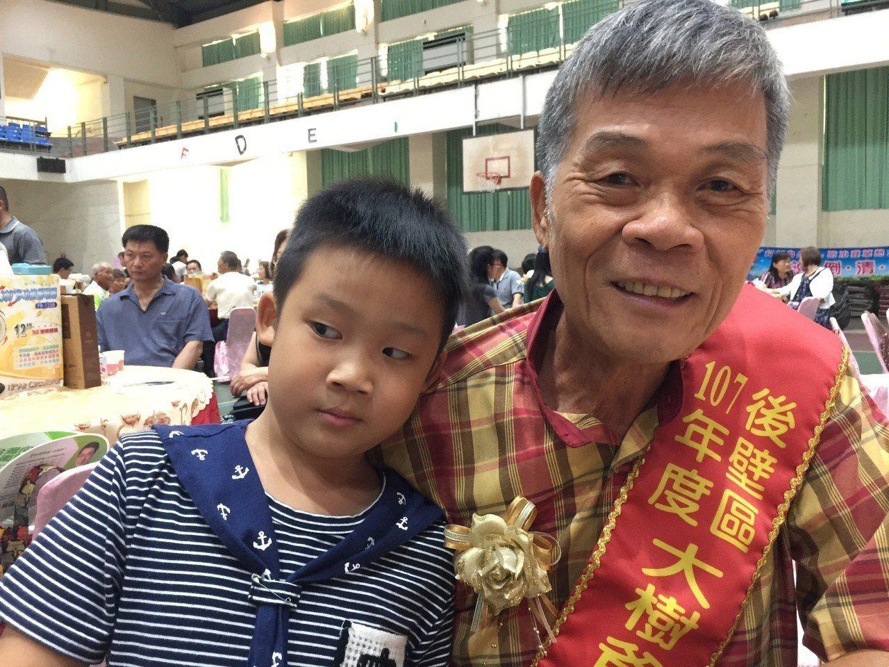 7歲黃家豐(從三個月半)就由爺爺黃信田(右)照顧。記者吳政修/攝影
