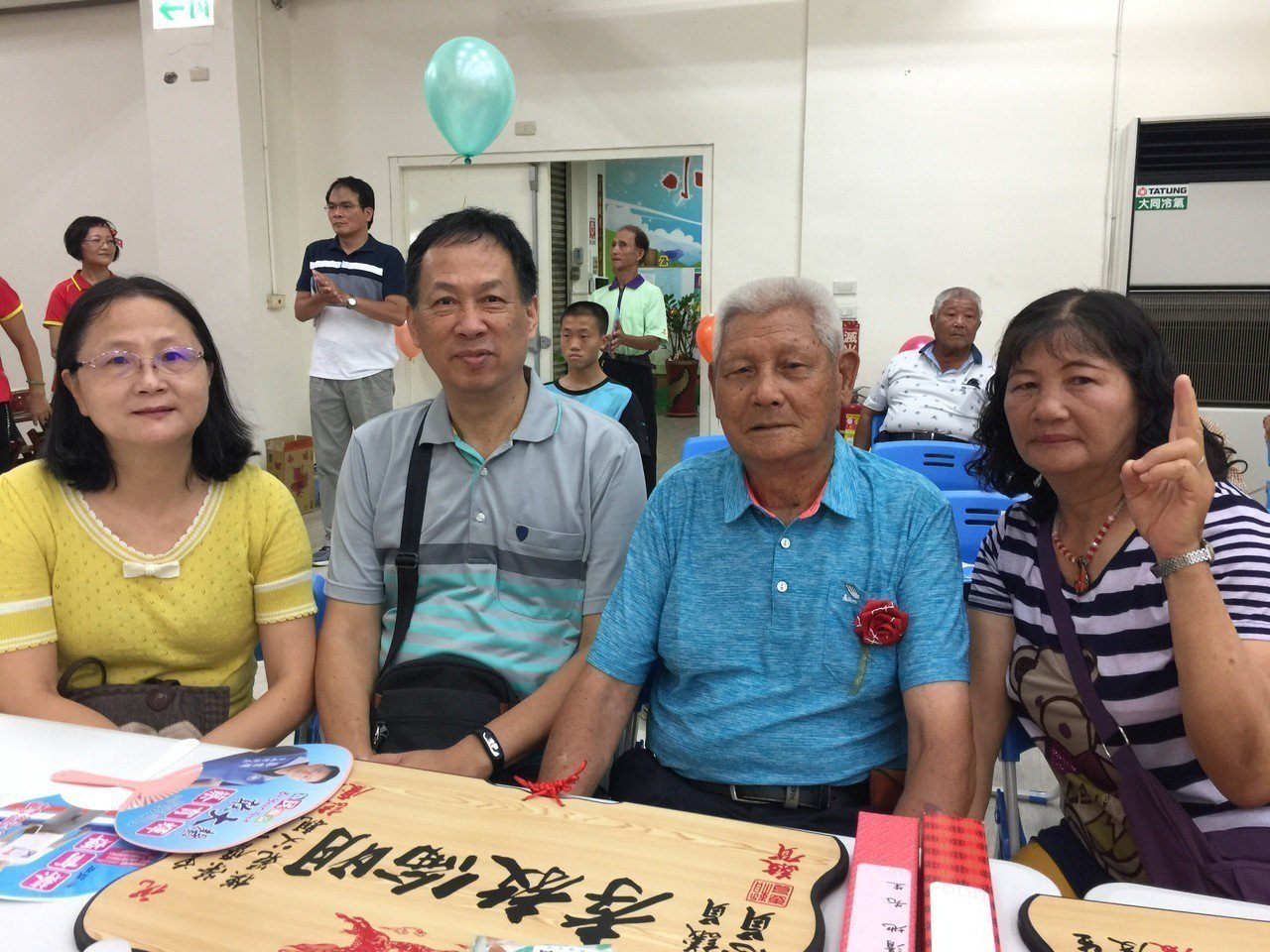 曾清地(右二)接受柳營區公所表揚。記者吳政修/攝影