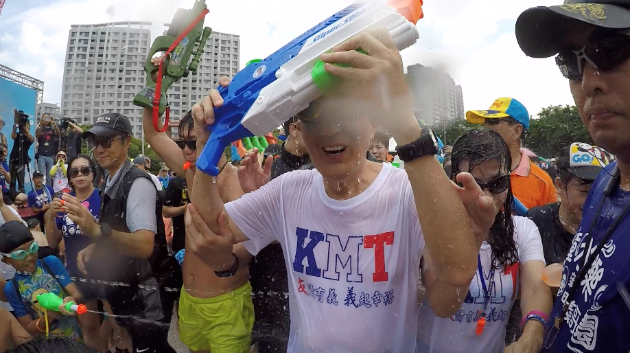 前總統馬英九今在林口兒童水樂園與民眾戲水,高舉水槍投降。記者王敏旭/攝影