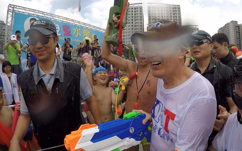 前總統馬英九今在林口兒童水樂園與民眾戲水,一旁有小朋友拿水球直擊馬英九。記者王敏...