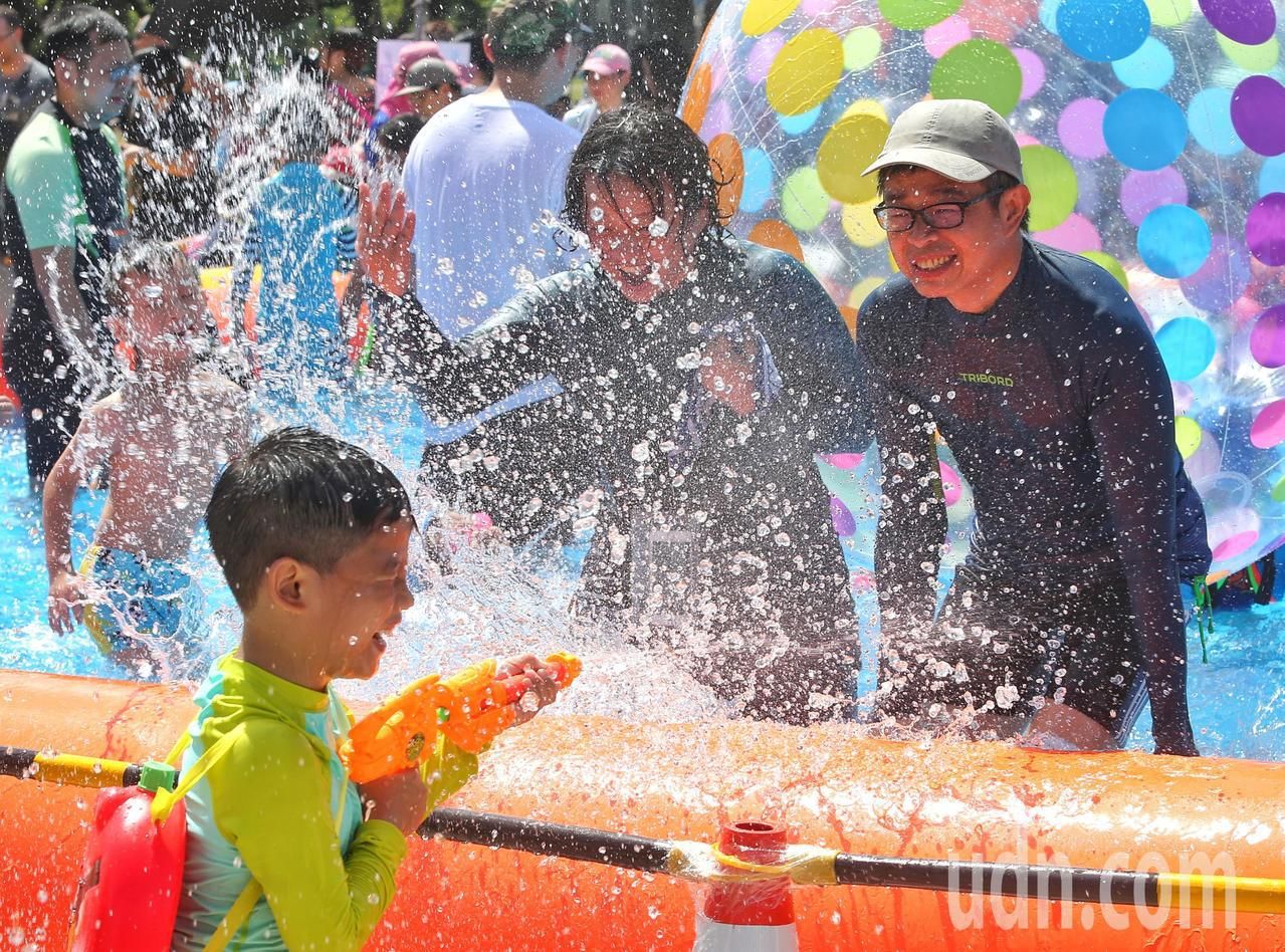 大人與小孩一同戲水。記者鄭清元/攝影
