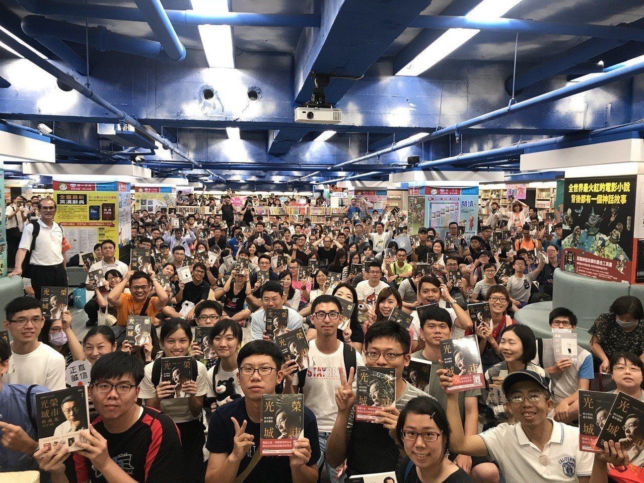 台北市長柯文哲今天下午2時至台南政大書城舉辦「光榮城市」簽書會。記者鄭維真/翻攝