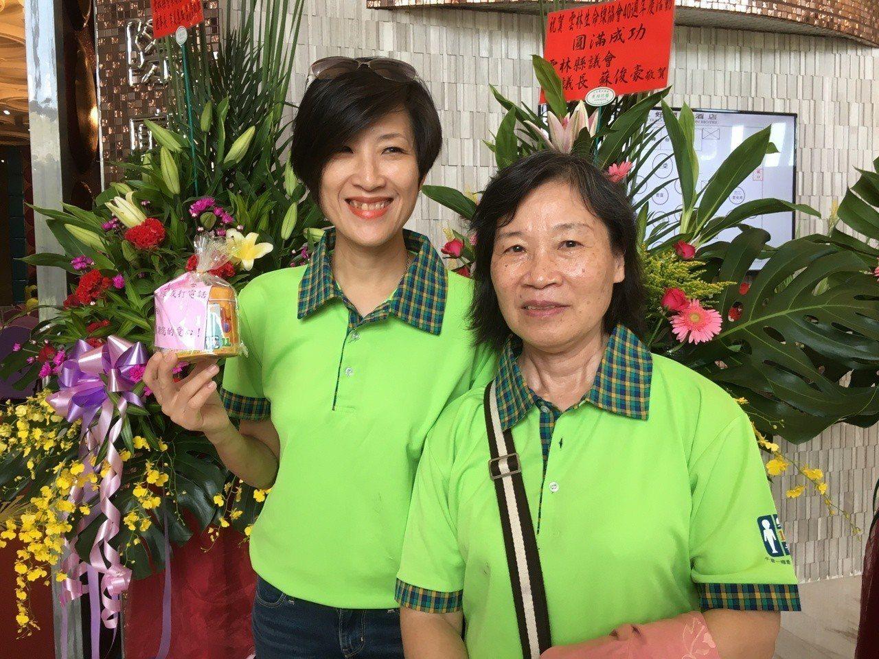 雲林縣生命縣協會今天歡慶40周年,志工王惠結(右)接線近20年,曾陪伴無助的家暴...