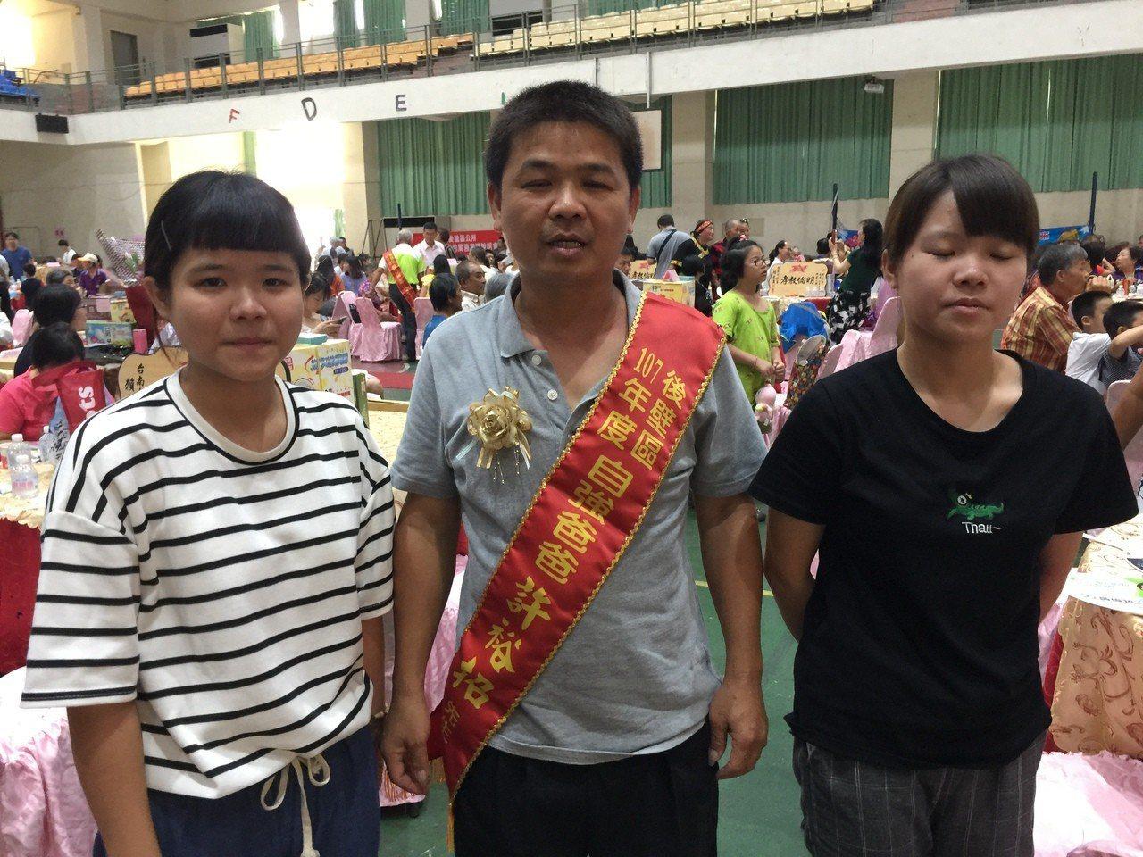 後壁區許裕招(中)獲選自強爸爸。記者吳政修/攝影