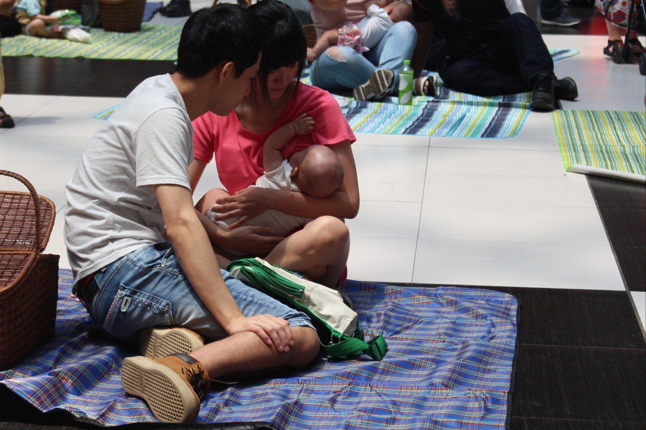 為響應今年國際母乳週,今天在台北車站大廳舉辦哺乳快閃活動。記者陳婕翎/攝影