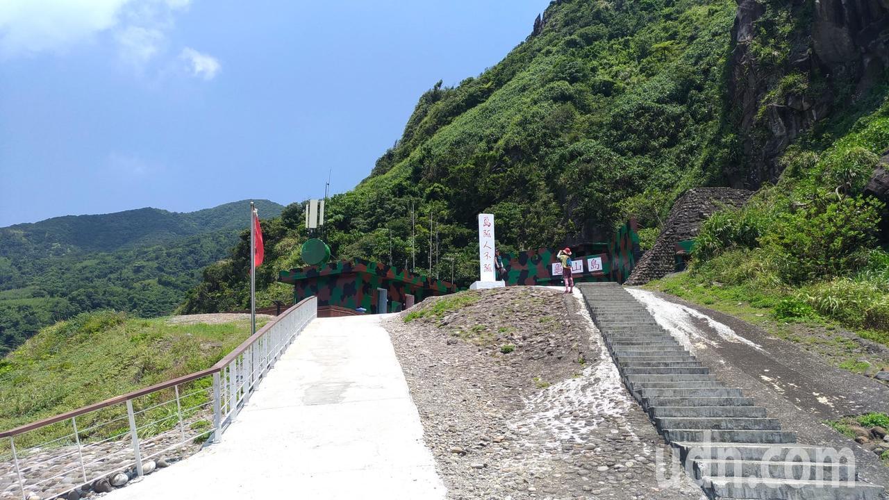 龜山島上有「島孤人不孤」立碑。記者楊德宜/攝影