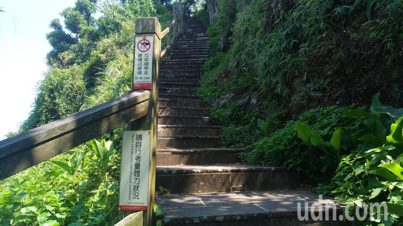 龜山島401高地為一路陡升的階梯,登山務必量力而為。記者楊德宜/攝影