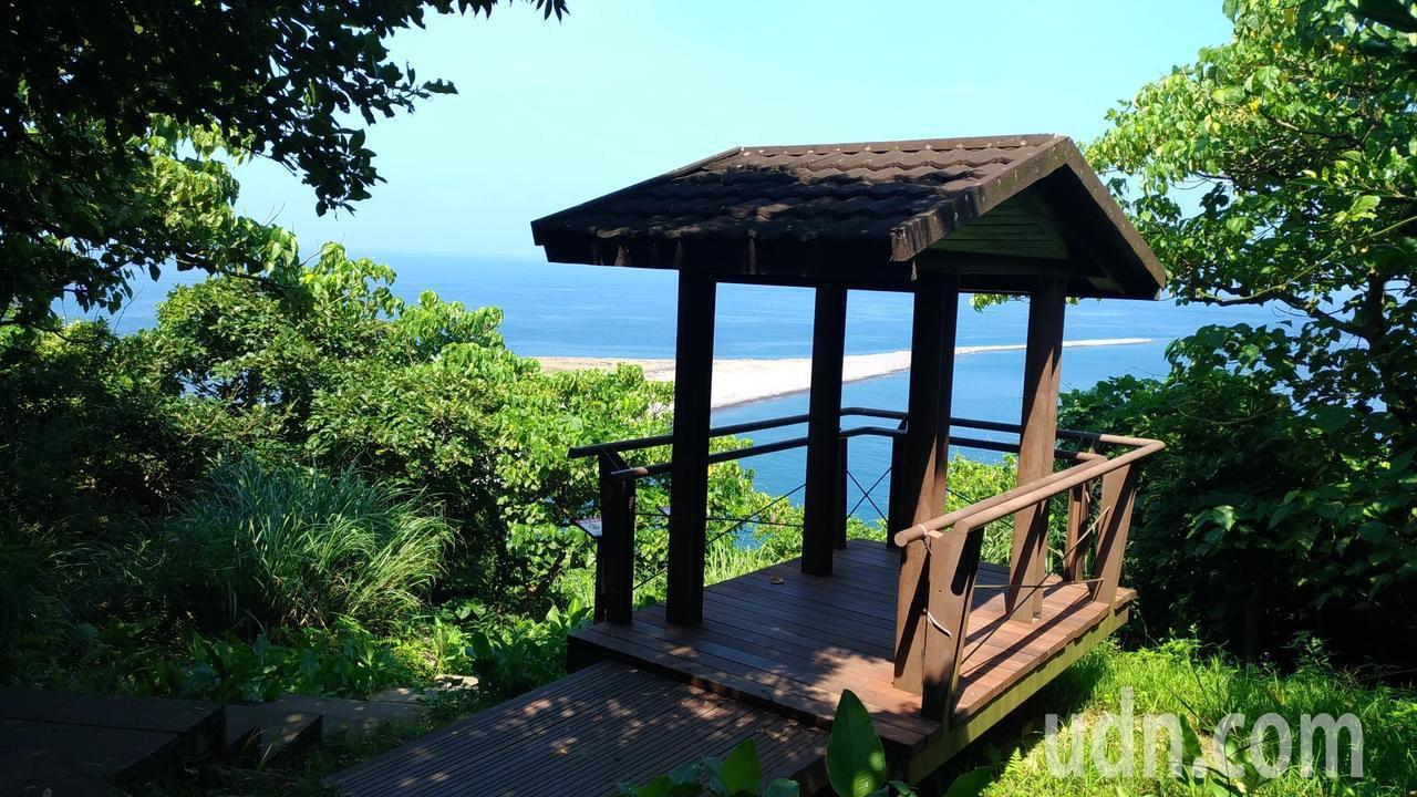 龜山島401高地在約200多階處,有涼亭可以休憩,眺望龜山島的龜尾。記者楊德宜/...