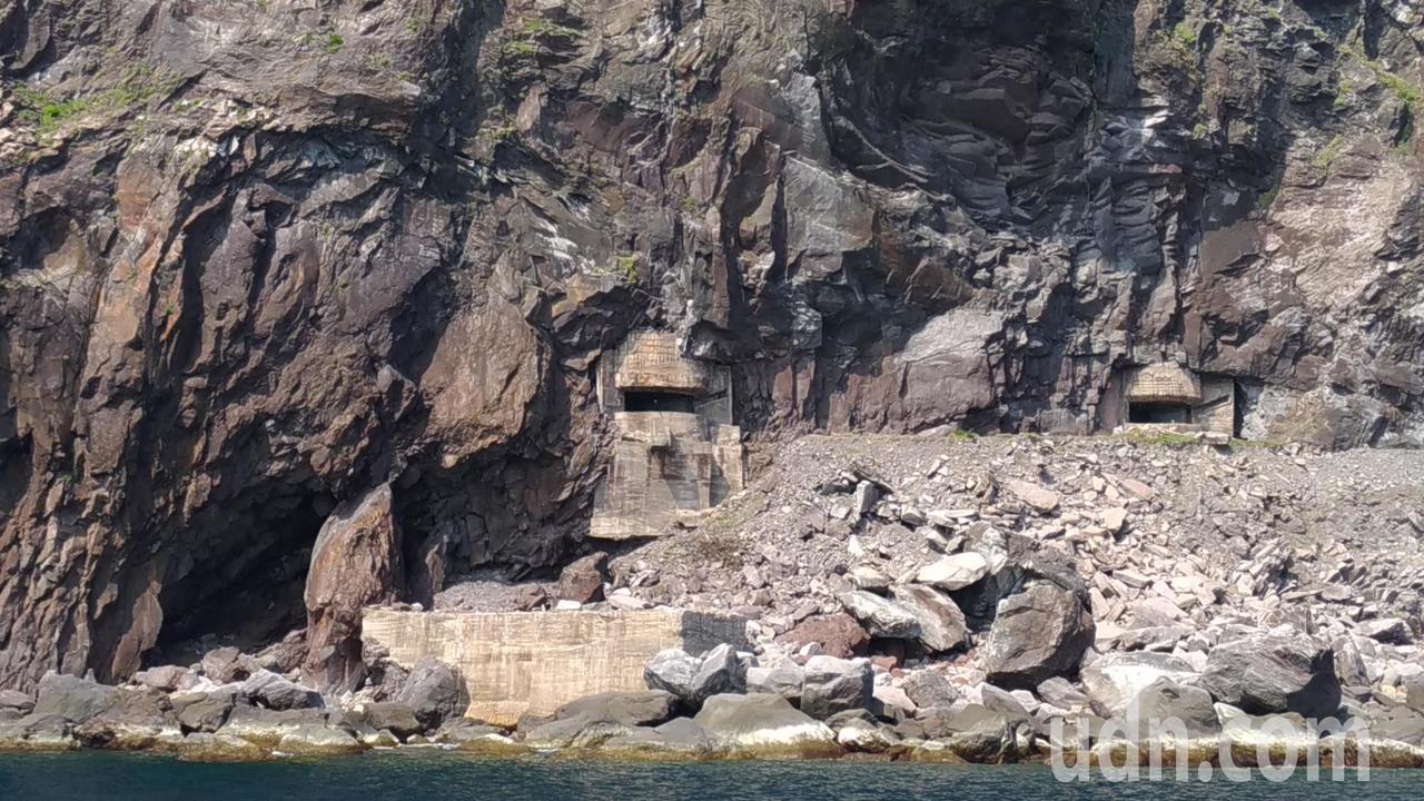 從海上看龜山島軍事坑道。記者楊德宜/攝影