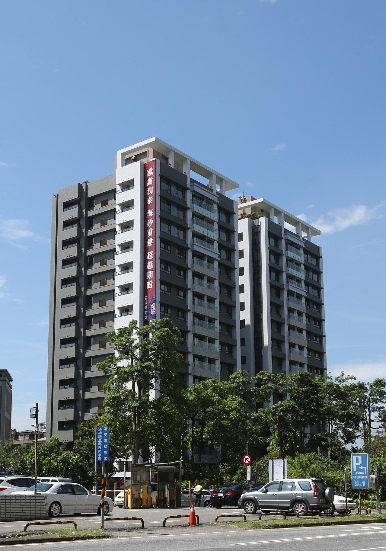 潤泰新重建位在台北市辛亥路口的「潤泰雙子星」大樓,今天完工交屋。記者林澔一/攝影