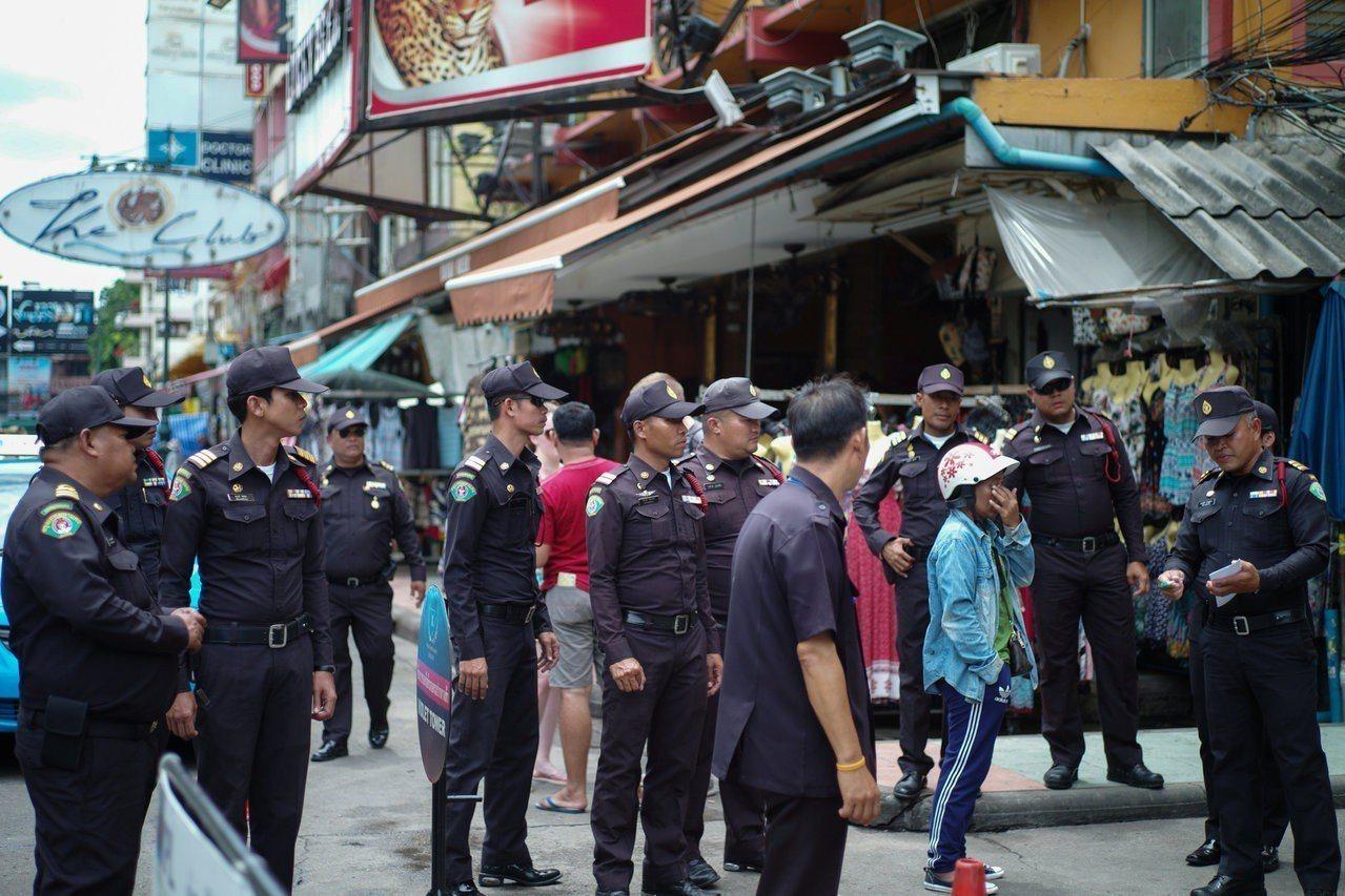 曼谷都會管理局大批警員8月1日取締考山路攤販。路透