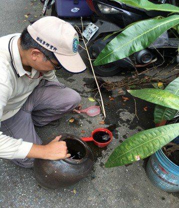 疾管署3日竟又查出新北市新莊區里瓊林某公司有17個有斑蚊孑孓積水容器,已現場開單...