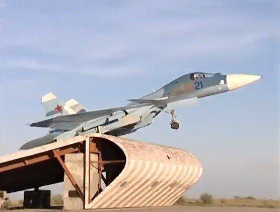 Su-27KUB戰機藉由滑跳台起飛。圖/翻攝自Cold War Soviet A...
