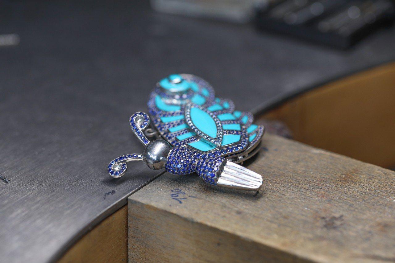 蕭邦Silk Road系列頂級珠寶蝴蝶胸針,白金鈦金鑲嵌總重藍寶石與綠松石,49...